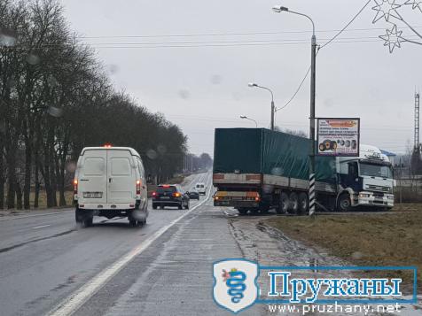 ДТП с фурой 11.02.2020 на улице Лазо в Пружанах(много фото)