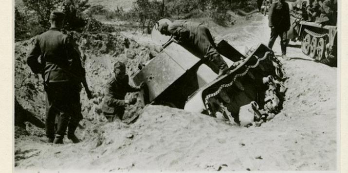 История: фотографии уничтоженного советского танка вдоль шоссе из Брест-Литовска в Пружаны(1941г.).