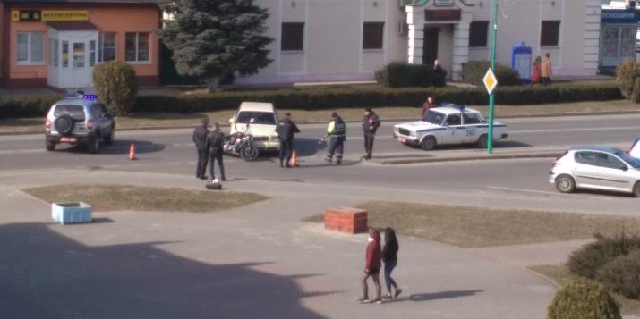 8 марта ул. Советская в Пружанах перекрыта - ГАИ оформляет ДТП: легковушка сбила мотоцикл