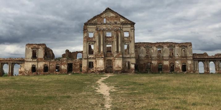 «Одни из величайших руин Европы находятся в Беларуси»: Американский журнал съездил в Ружанский замок