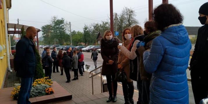 В Беларуси судили тех, кто возлагал цветы к памятнику жертвам фашистов. Дали штрафы и сутки.