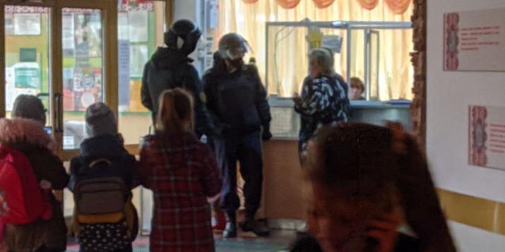 В гимназию приехал ОМОН. «Это же маленькие дети, они испуганы страшно!» — возмущаются родители.