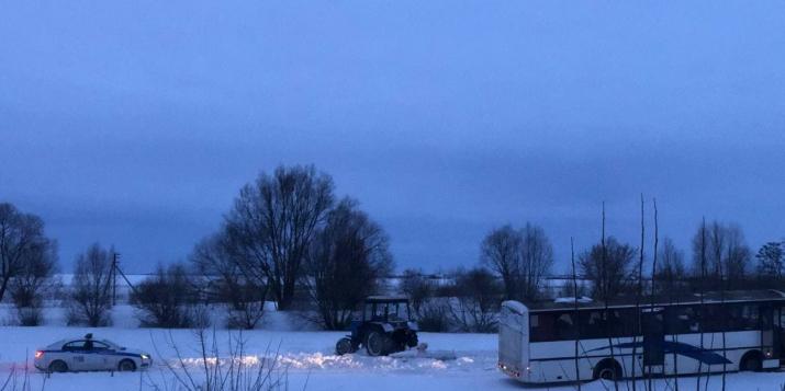 Фото и видео: сегодня в Пружанах нэкипаж ГАИ и трактор пытались вытянуть застрявший в снегу автобус
