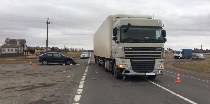 Вчера опель, выезжая на главную дорогу, врезался в фуру, которой управлял житель Пружанского района