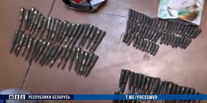У жителя Пружан изъяли боевые патроны, порох и лук со стрелами. Он задержан