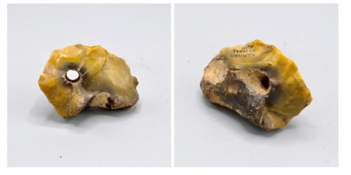 Камяні з натуральнымі адтулінамі, якія знайшлі на падстрэшку хаты ў в. Лазоўка Пружанскага раёну