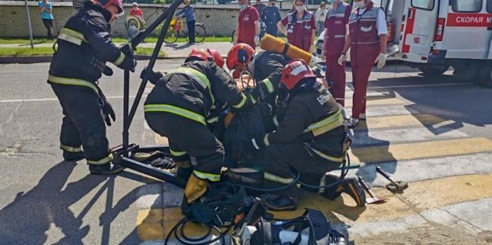 В Пружанах мужчина упал в колодец.Понадобилась помощь спасателей. Фото и видео спасательной операции