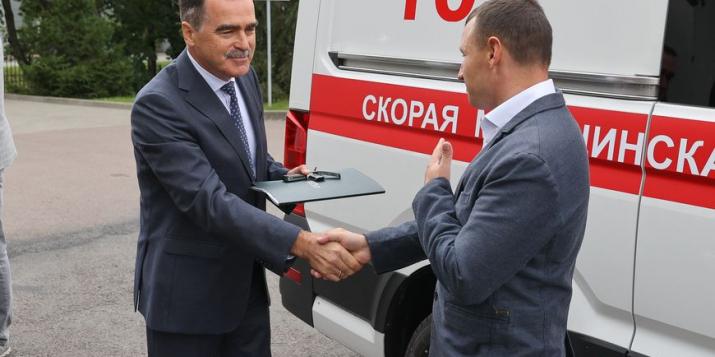 Белорусско-немецкая компания передала Брестской облбольнице реанимобиль и лазерный комплекс