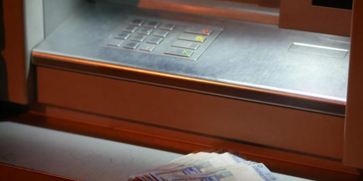 Житель Пружанского района дал банковскую карту знакомому и лишился более 7 тысяч рублей