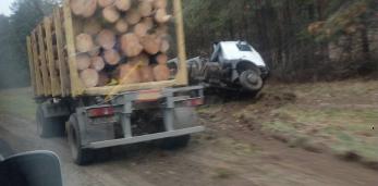 В Пружанском районе в кювет сьехал лесовоз