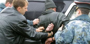 Коллекционера из Пружан уголовники привязали к стулу, пытали утюгом и душили.
