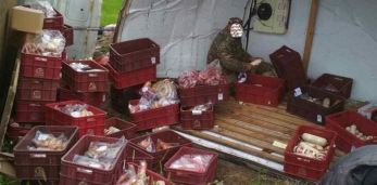 Грузовик с колбасой перевернулся под Пружанами. Фоторепортаж: последствия ДТП и как собирали колбасу