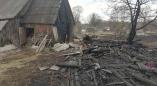 К чему приводит беспечная уборка? В Бакунах сгорел навес для дров.