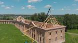 Над театральным корпусом Ружанского дворца начали возводить крышу. Внимание: в видео много ошибок!