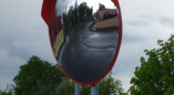 В Ружанах на поворотах устанавливают зеркала, в том числе и на повороте, где опрокинулся лесовоз