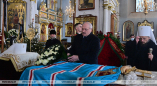 Фотофакт: 14 января 2021г. Лукашенко возлагает цветы на полотно с бело-красно-белыми лентами