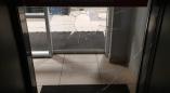 Сегодня ночью в Пружанах разбили стекло входной двери продовльственного магазина. Фоторепортаж